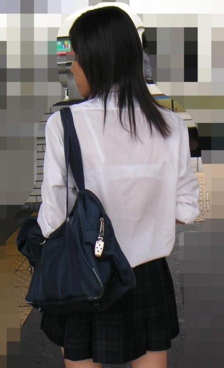 制服から透けブラしちゃった、女子校生たち (12)