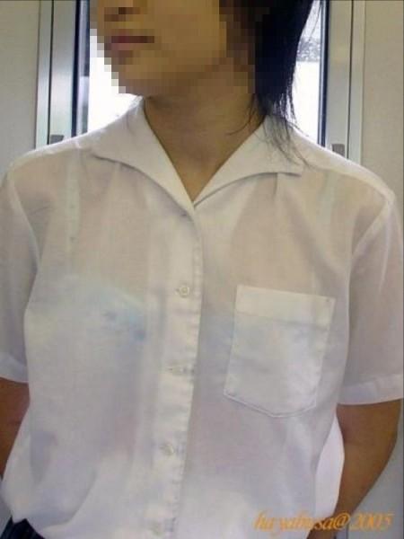 制服から透けブラしちゃった、女子校生たち (14)