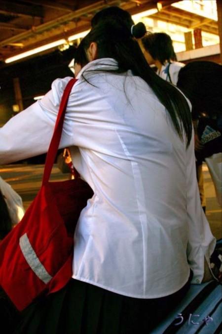 制服から透けブラしちゃった、女子校生たち (17)