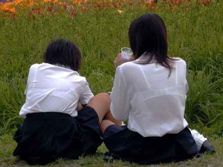 制服から透けブラしちゃった、女子校生たち (18)