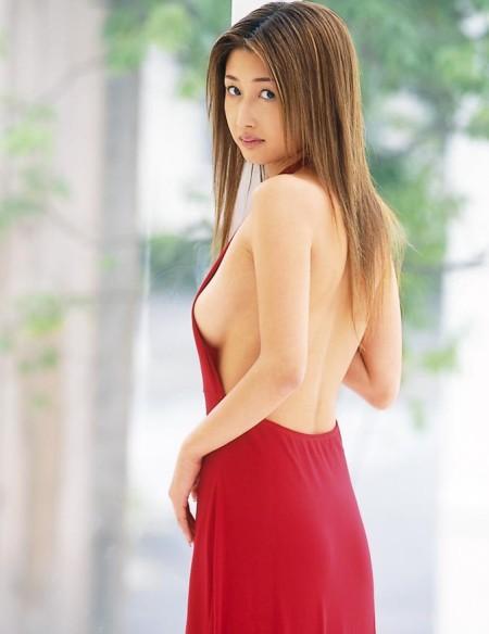 赤いドレスから横乳が見えてる、小森美王