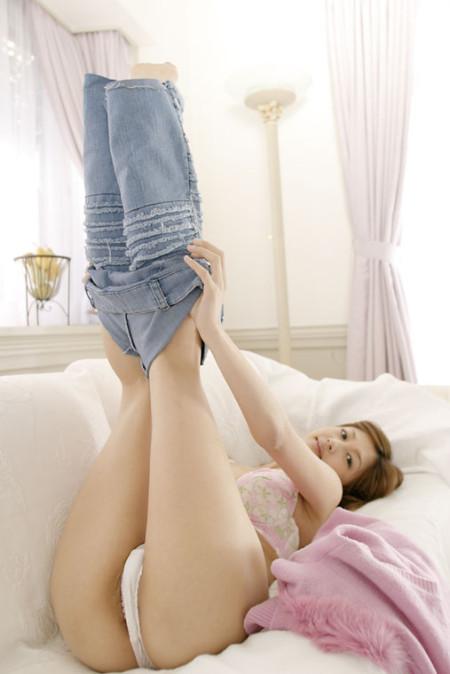 足を上げてジーンズを穿こうとしてる、小森美王