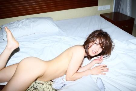 全裸でベッドに横たわる、みひろ