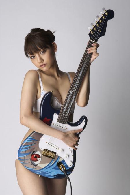 綾波レイのギターを抱える、みづなれい