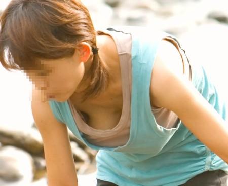 胸元からオッパイが見えちゃった女性たち (5)
