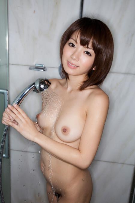 素っ裸でシャワーを浴びる、希美まゆ