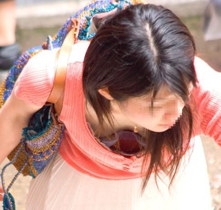 おっぱいがチラチラ見えてる女性たち (1)