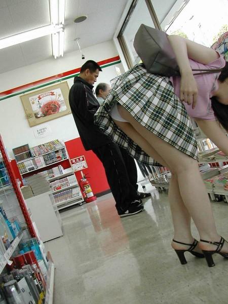 パンツがチラチラ見えてる、パンチラ女性たち (9)