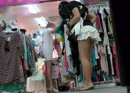 パンツがチラチラ見えてる、パンチラ女性たち (10)