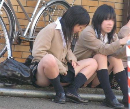 パンツがチラチラ見えてる、パンチラ女性たち (11)
