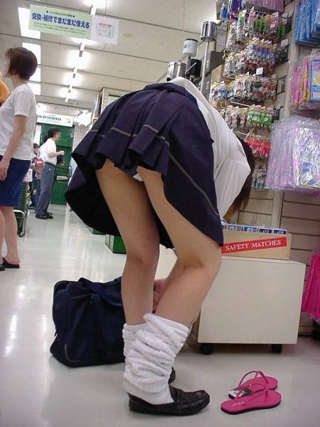 パンツがチラチラ見えてる、パンチラ女性たち (2)