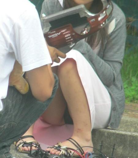 パンツがチラチラ見えてる、パンチラ女性たち (17)