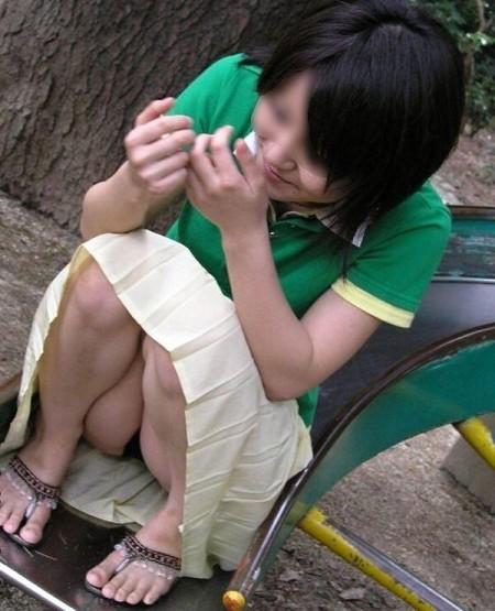うっかりパンチラしちゃっている女性たち (7)