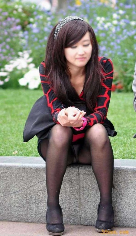 うっかりパンチラしちゃっている女性たち (13)