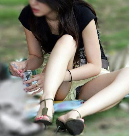 うっかりパンチラしちゃっている女性たち (17)