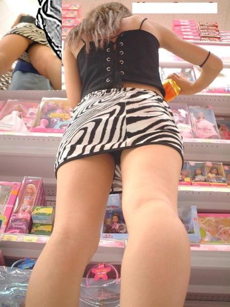 パンツが見えてるのに、気が付かない女性たち (3)