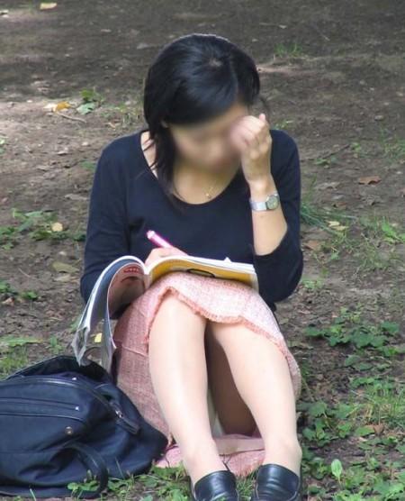 パンツが見えてるのに、気が付かない女性たち (12)