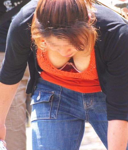 見つけるとドキッとしちゃう、胸チラしてる女性たち (8)