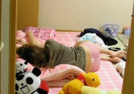 Tシャツにパンツという格好で、ベッドに寝転がる娘