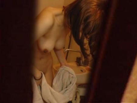 風呂あがりに、バスタオルで股間を拭き拭き
