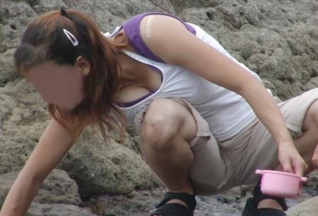 洋服や水着の隙間から、胸チラしている女性たち (7)