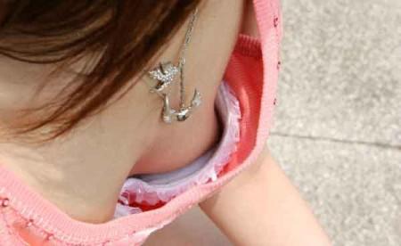 洋服や水着の隙間から、胸チラしている女性たち (14)