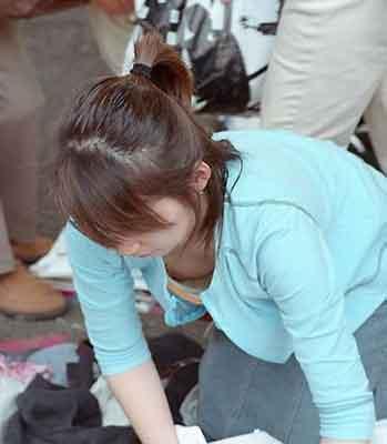 洋服や水着の隙間から、胸チラしている女性たち (17)
