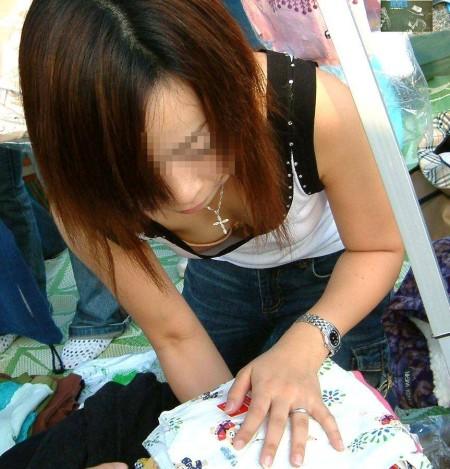 洋服や水着の隙間から、胸チラしている女性たち (6)