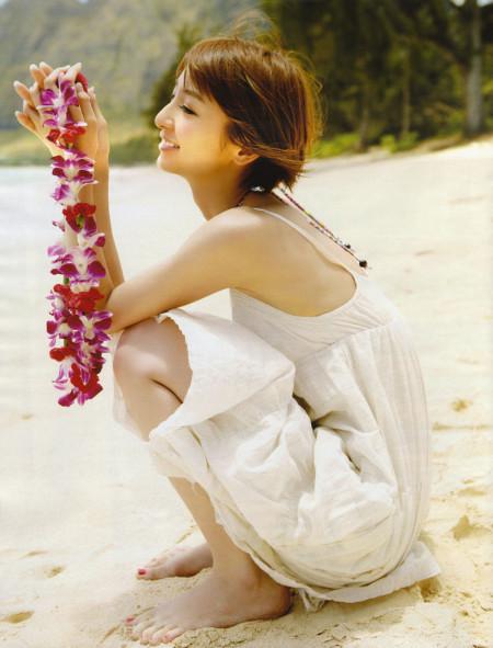 スレンダーで美乳の元AKB48、篠田麻里子 (2)
