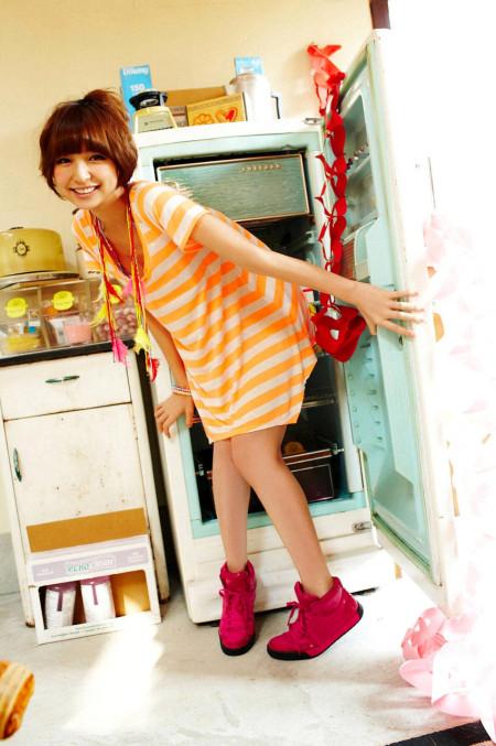 スレンダーで美乳の元AKB48、篠田麻里子 (18)