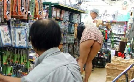 店内でパンツが見えちゃってる、パンチラ女性たち (20)