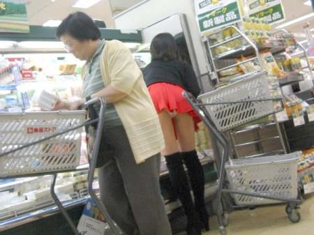 店内でパンツが見えちゃってる、パンチラ女性たち (7)