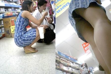 店内でパンツが見えちゃってる、パンチラ女性たち (12)