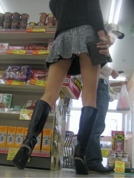 店内でパンツが見えちゃってる、パンチラ女性たち (17)