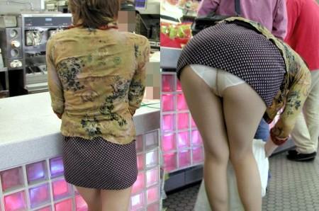 店内でパンツが見えちゃってる、パンチラ女性たち (18)