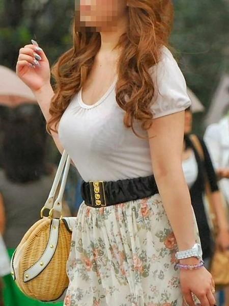 白い服からブラが透けてる、着衣巨乳さん