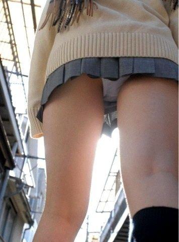 女子高生が制服のスカートから、パンチラ (15)