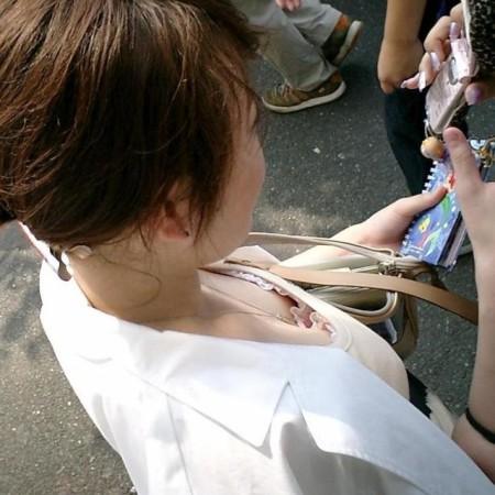 谷間や乳首が見えてる、胸チラ女性たち (4)