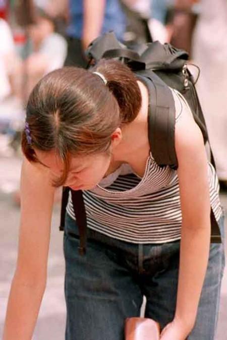 谷間や乳首が見えてる、胸チラ女性たち (6)