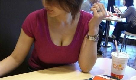 うっかり胸チラしちゃった女性たち (11)