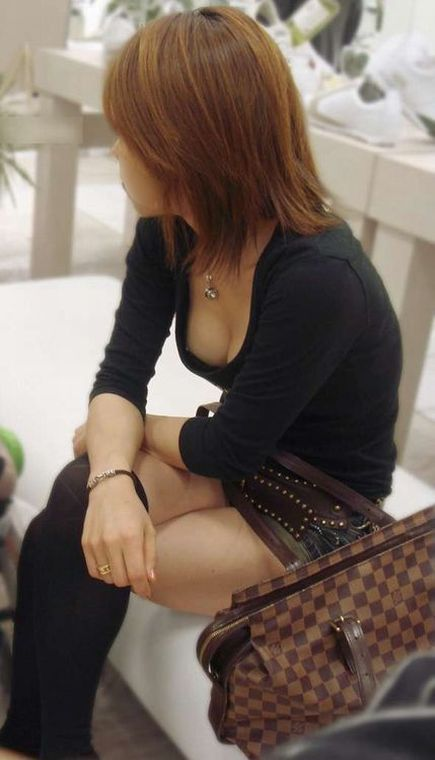 胸の谷間や乳首がチラ見えしている、素人女性たち (7)