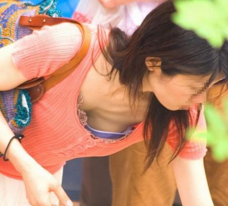 胸の谷間や乳首がチラ見えしている、素人女性たち (8)