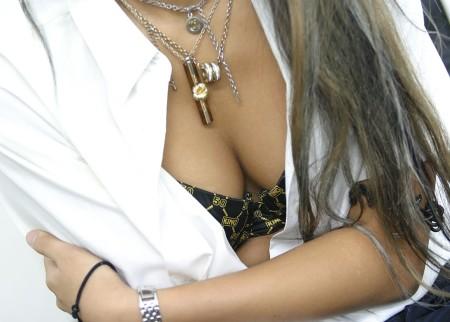 うっかり胸チラしちゃった女性たち (18)