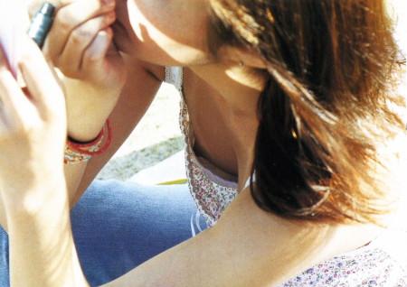 胸の谷間や乳首がチラ見えしている、素人女性たち (15)