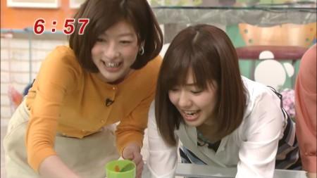 胸チラしちゃった山崎アナ。緑色のはブラかな?
