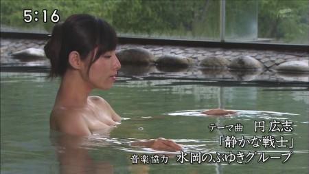 温泉に入る女性の横顔と胸元がエロい