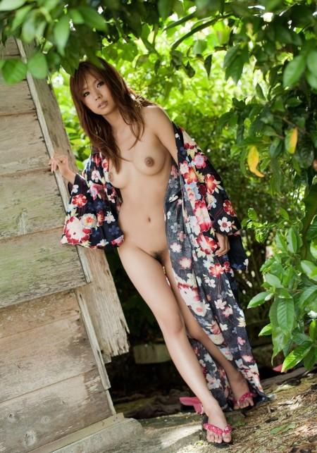 浴衣を脱いで、おっぱいやお尻を出す女性たち (8)