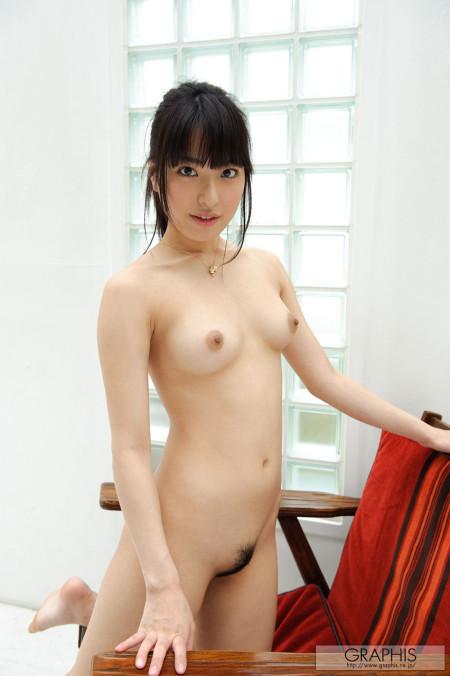 全裸でソファーに膝をつく、由愛可奈