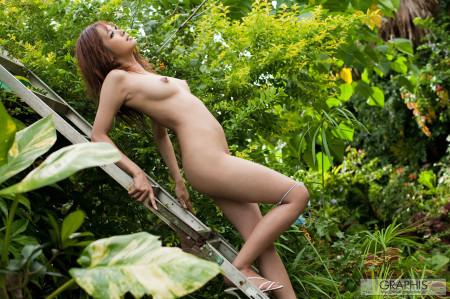 野外で全裸になってる、亜希菜