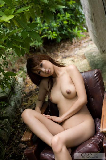 庭に出したソファーに全裸で座る、亜希菜